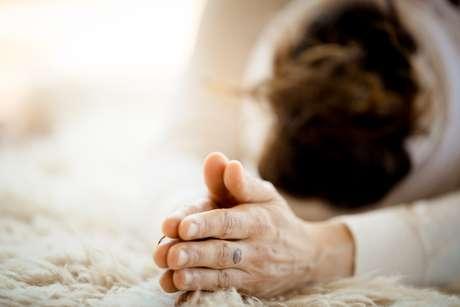 Mulher praticando a saudação de Kundalini yoga e sol