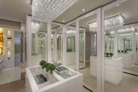 16. Guarda roupa espelhado para quarto de luxo – Foto: Iara Kilaris