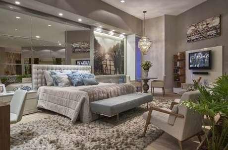 79. Quarto de luxo com espelhos na parede e tapete fofo – Foto: Cristina Morethson e Angelo Coelho