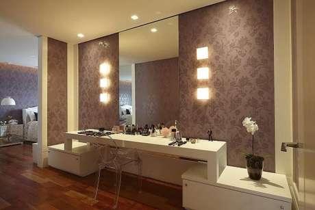 17. Coloque penteadeiras e mesas que são funcionais para o seu quarto de luxo ficar completo! – Foto: Patricia Covolo