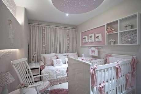 20. Quarto de luxo para bebê com detalhes cor de rosa – Foto: Vanja Maia