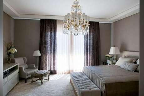 38. Decoração de quarto com lustre e cortinas de luxo – Foto: Roberto Migotto