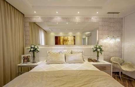 65. Cabeceira de madeira com espelho para o quarto de luxo. – Foto: Iara kilaris