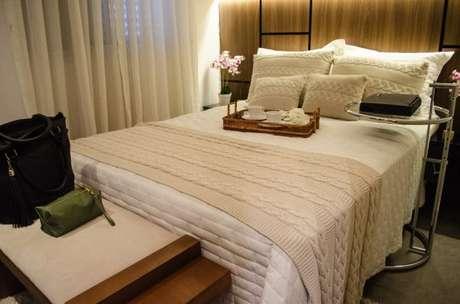 59. Ter um quarto de luxo também significa ter um jogo de cama bonito e trabalhado – Foto: Studio Ecoara