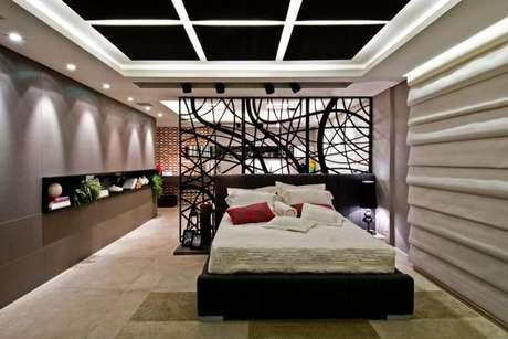 61. Decoração de casa com o painel trabalhado para dividir os ambientes – Foto: Casa Cor