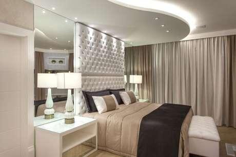 7. Use os espelhos junto da cabeceira para ter um quarto de luxo nos mínimos detalhes! – Foto: Iara Ki Laris