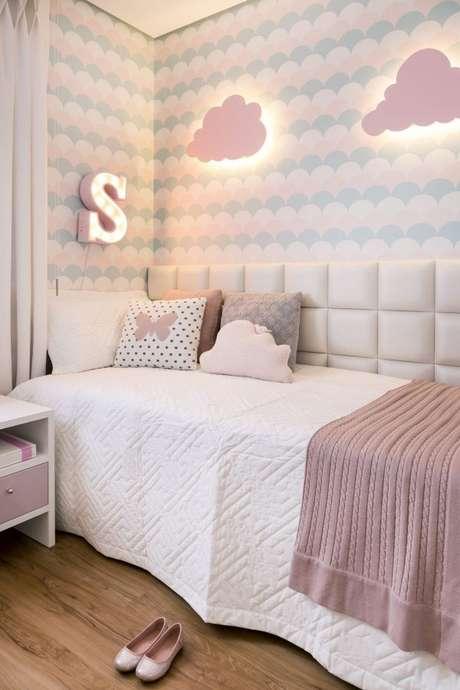 43. Decoração de quarto de luxo para crianças em tons de rosa e azul, com cabeceira na lateral para deixar o ambiente mais aconchegante! – Foto: Barbara Dundes