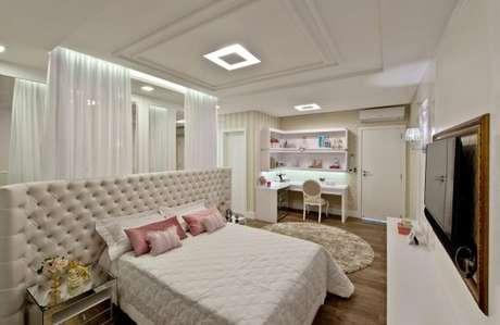 44. Decoração de quarto de luxo com tapete redondo – Foto: Espaço do Traço