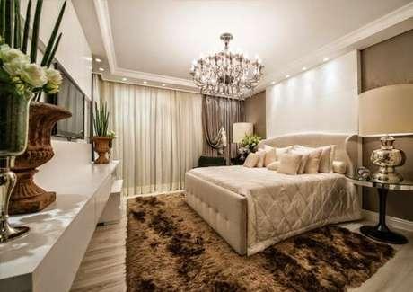 71. Quarto de luxo com detalhes em marrom – Foto: uma casa como poucas