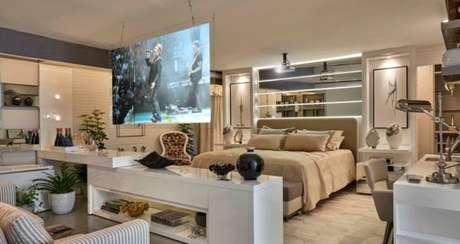 76. Quarto de luxo com televisão dividindo os espaços. – Foto: