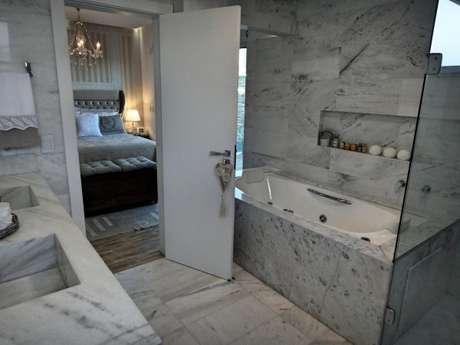 47. Banheiro com suíte de quarto de luxo. – Foto: Gabriela Herde