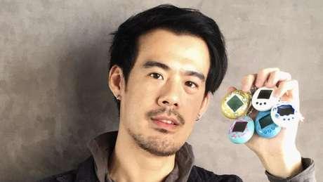 Josiah Chua com sua coleção de Tamagotchis