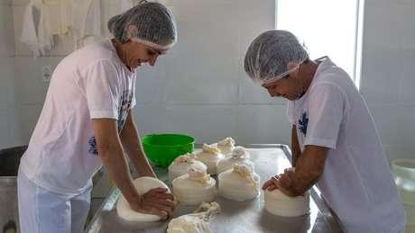 Maria Lúcia e Ivair José de Oliveira produzem queijo há 19 anos em seu sítio no interior de MG