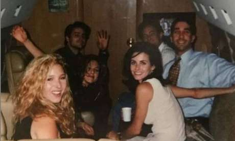 Jennifer Aniston conta bastidores da foto histórica do elenco de 'Friends'.