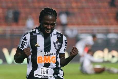 Chará, do Atlético Mineiro, comemora o seu segundo gol em partida contra o Santos, válida pelas oitavas de final da Copa do Brasil 2019, realizada no estádio do Pacaembu, na zona oeste da capital paulista, nesta quinta-feira. O Atlético venceu por 2 a 1 e avançou às quartas de final.