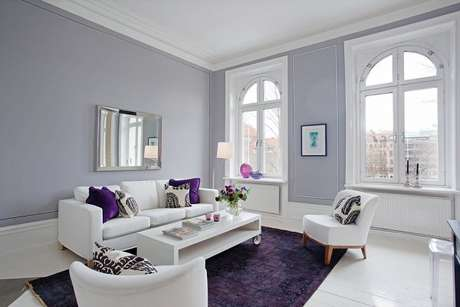 17. O roxo fica lindo combinado com tons da cor cinza claro. – Foto: Pinterest