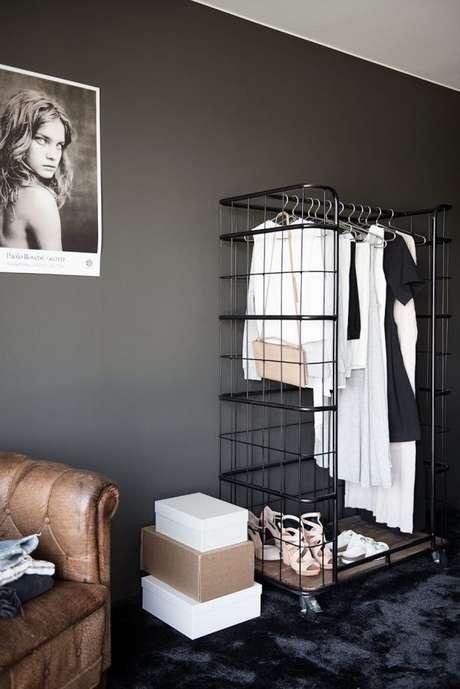 59. O closet aramado também serve para facilitar a escolha de roupas da semana. Coloque nele as peças chaves para não perder tempo escolhendo no armário.