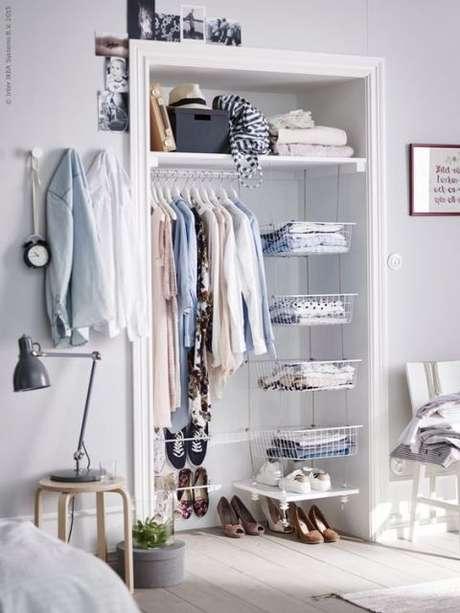 40. Aproveite o closet aramado para ser um toque de estilo na decoração do quarto.