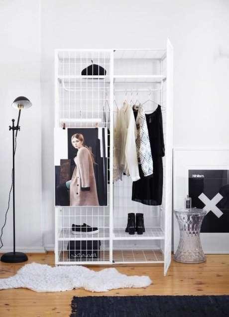 41. Vale decorar o closet aramado com fotos de editoriais de moda para se inspirar na hora de se vestir.