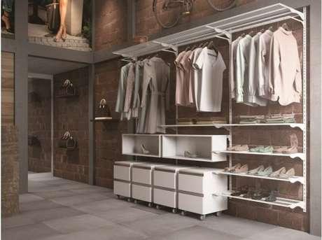 57. Aproveite os ambientes altos para fazer o closet aramado ainda mais completo.