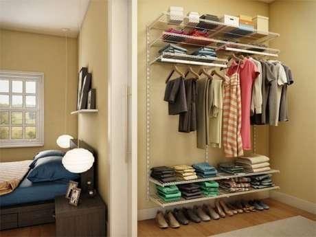 58. Para economizar espaço, faça uma porta de correr para dividir o quarto do closet aramado.