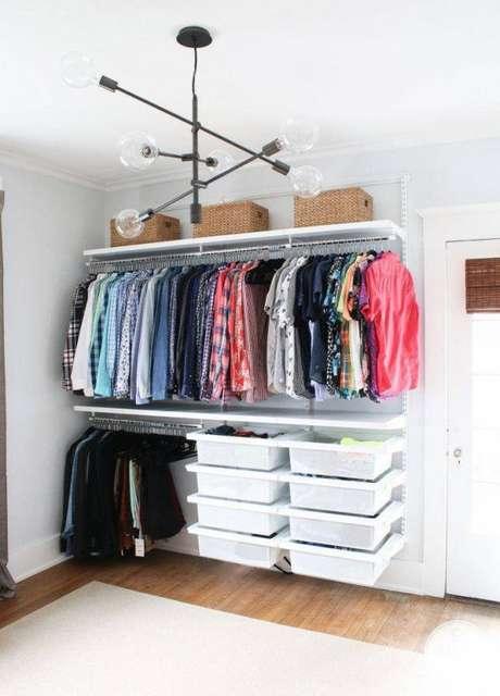 47. Quartos brancos ficam ainda mais lindos quando o closet aramado é feito da mesma cor!