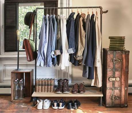 44. Cada detalhe do closet aramado precisa combinar com a decoração do quarto. Capriche na escolha!
