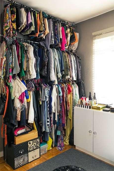 66. Quem tem bastante roupa também pode usar o closet aramado para organizar tudo em um espaço pequeno.