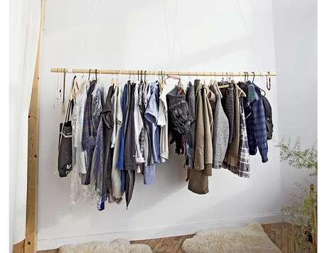 27. Caso tenha poucas roupas, use apenas o cabideiro no closet aramado. É a melhor forma de manter a organização.