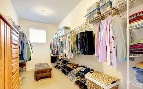 1. Use caixas, prateleiras e cabideiros para montar um closet aramado personalizado!