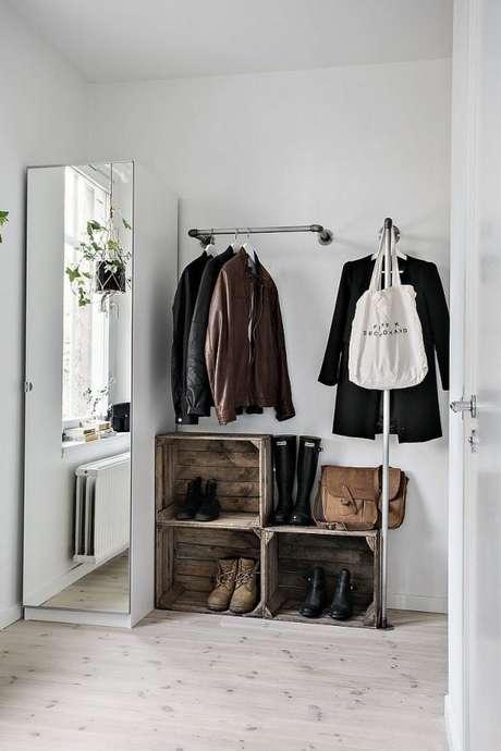 35. Caso não ache nichos de closet aramado, use caixas de madeira para dar mais estilo à decoração.