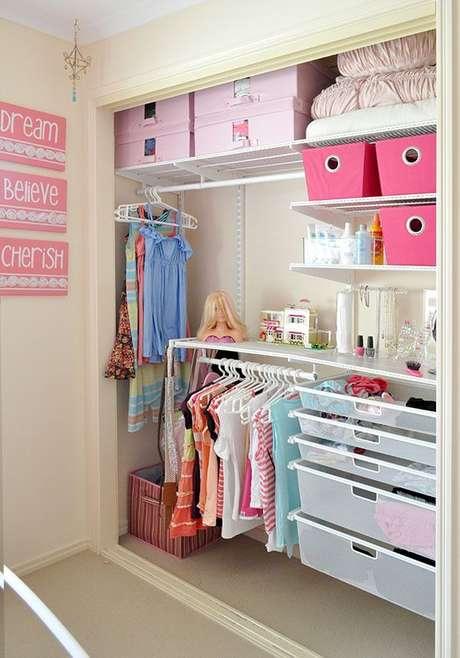 23. O closet aramado também é uma ótima opção para o quarto infantil. Com a ajuda das caixas, é possível guardar brinquedos e roupas.