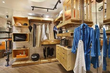 60. O closet aramado também fica incrível com os móveis de madeira. Misture os dois estilos!