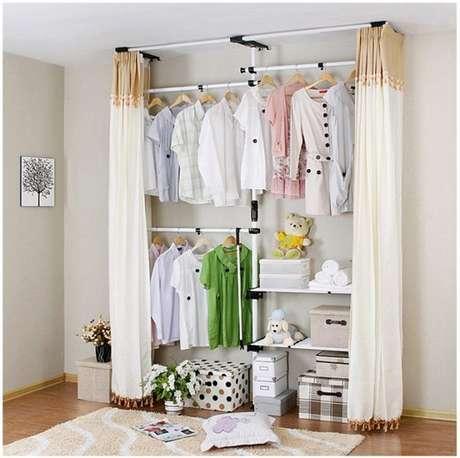 48. O closet aramado ficou ainda mais delicado com os ursinhos na decoração mega organizada.