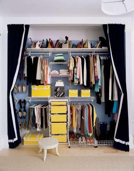 62. A cortina preta também é usada para dar estilo ao closet aramado.