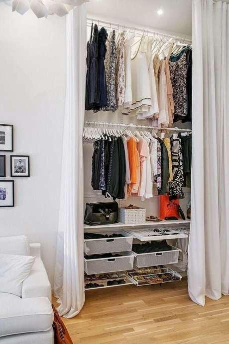 17. quando o closet aramado é alto, vale a pena colocar os cabideiros mais para o alto e os sapatos em prateleiras por baixo.