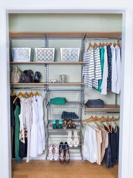 49. Exemplo de organização de closet aramado funcional.