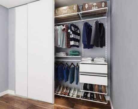 7. Se quiser esconder o closet aramado, use portas de correr de acordo com a decoração do seu quarto. O branco não tem erro!