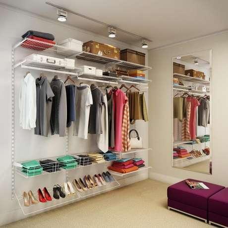 50. Iluminação e espelhos são essenciais para ter no seu closet aramado.