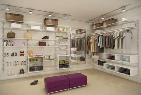 33. Espaços maiores podem ter mais prateleiras e espaços para guardar roupas no closet aramado.