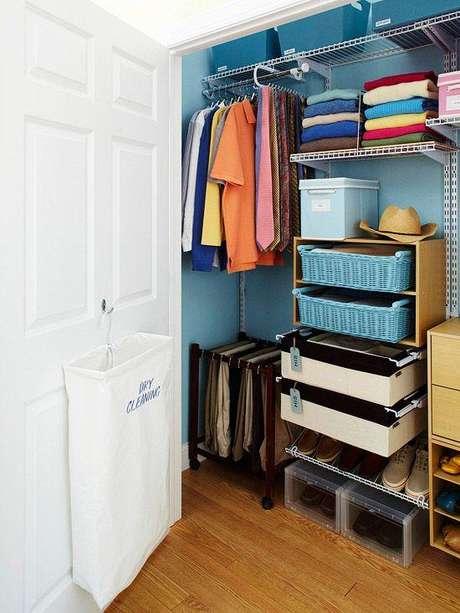 14. Use caixar coloridas e personalizadas para ajudar na organização do closet aramado.