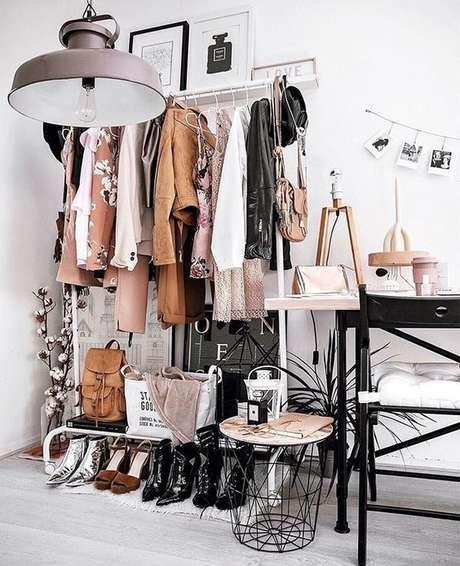 8. Na foto, até a mesinha de decoração é feita de aramado closet.