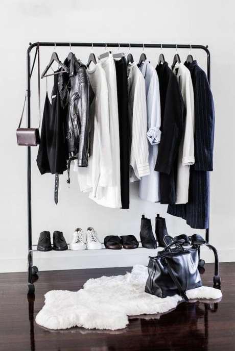 51. Closet aramado apenas com as cores básicas preto e branco.