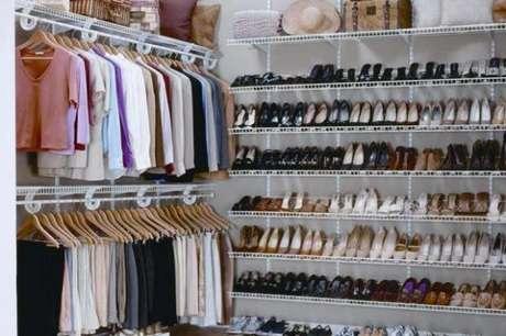 13. O closet aramado é ideal para organizar uma quantidade grande de sapatos.