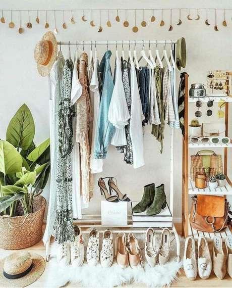 18. Use as extremidades do closet aramado para pendurar chapéus e bolsas.