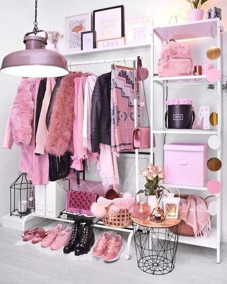 3. O cabideiro pode ser feito com araras e o restante dos aramados para closet com prateleiras e caixas.