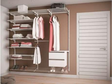 38. Faça o closet aramado de acordo com as cores dos móveis do quarto para que tudo combine entre si.