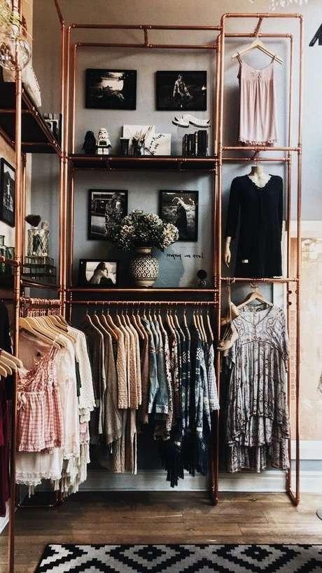 20. O closet aramado pode ser o toque de estilo do seu quarto quando feito na cor rosé gold.
