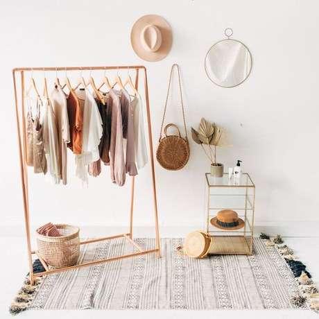 21. Coloque alguns elementos decorativos na decoração para destacar ainda mais o closet aramado.