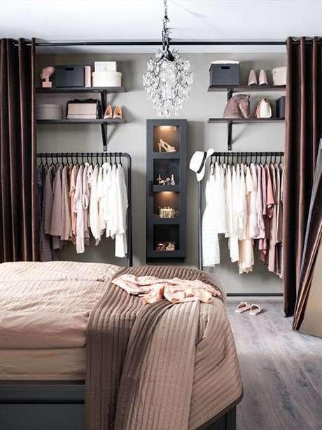 45. Quando a paleta de cores do ambiente é impecável como essa quer dizer que você acertou em cheio na escolha do closet aramado.